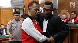 Terdakwa Tio Pakusadewo memeluk kuasa hukumnya usai menjalani sidang putusan kasus kepemilikan narkoba di Pengadilan Negeri (PN) Jakarta Selatan, Selasa (24/7). (Liputan6.com/Immanuel Antonius)