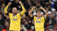 Pemain Juventus, Gonzalo Higuain dan Paulo Dybala merayakan kemenangan usai menekuk Tottenham Hotspur pada laga Liga Champions di Stadion Wembley, London, Rabu (7/3/2018). Tottenham Hotspur takluk 1-2 dari Juventus. (AP/Frank Augstein)