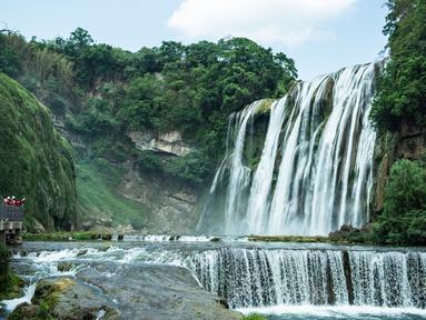Para wisatawan mengunjungi lokasi wisata Air Terjun Huangguoshu di Anshun, Provinsi Guizhou, China barat daya, pada 16 Mei 2020. Air terjun Huangguoshu adalah salah satu air terjun terbesar yang ada di Negeri Tirai Bambu. (Xinhua/Tao Liang)