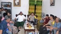 Pertemuan mengklarifikasi isu kiamat melibatkan kepolisian, tokoh agama dengan pengasuh Ponpes Miftahul Falahil Mubtadin di Kasembon, Malang (Liputan6.com/Zainul Arifin)