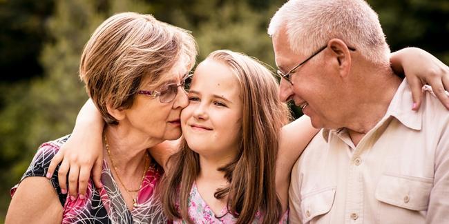 Interaksi anak dengan kakek-neneknya membentuk karakter anak yang baik/copyright Shutterstock.com