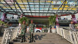 Petugas sedang berjaga di pusat perbelanjaan di kawasan glodok, Jakarta, Selasa (21/5/2019). Penjagaan berkaitan dengan rencana massa yang akan menggelar aksi unjuk rasa pada 22 Mei 2019 usai pengumanan hasil Pemilu KPU. (Liputan6.com/Herman Zakharia)