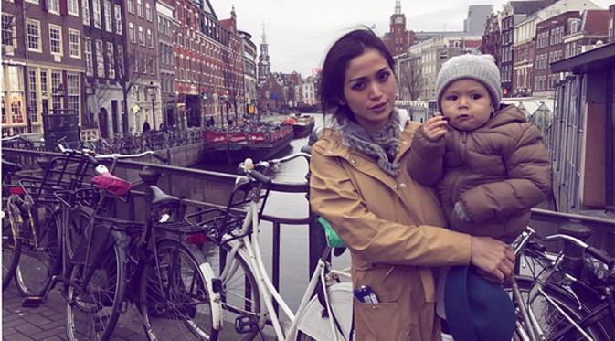 Bersama dengan El Barack, serta adiknya, Jedar berangkat ke Amsterdam, Belanda sejak Jumat (23/12/2016). Beberapa tempat yang akan disambangi oleh presenter dan pemeran itu bersama dengan buah hatinya. (Instagram/inijedar)