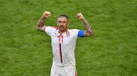 Bek Serbia, Aleksandar Kolarov, merayakan gol ke gawang Kosta Rika pada laga Grup E Piala Dunia 2018 di Cosmos Arena, Minggu (17/6/2018). (AFP/Fabrice Coffrini)