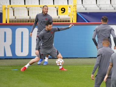 Penyerang PSG, Lionel Messi (kedua kiri) mengontrol bola saat latihan di Stadion Jan Breydel di Bruges, Belgia, Selasa (14/9/2021). PSG akan melawan Club Brugge pada Grup A Liga Champions di Stadion Jan Breydel. (AP Photo/Olivier Matthys)
