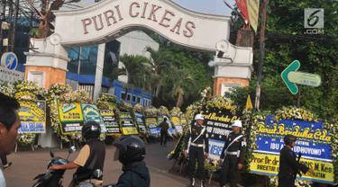 Karangan bunga ucapan bela sungkawa wafatnya Ani Yudhoyono menghiasi kawasan Puri Cikeas, Bogor, Jawa Barat, Minggu (2/6/2019). Istri Presiden ke-6 RI Susilo Bambang Yudhoyono (SBY) itu rencananya akan dimakamkan di TMP Kalibata pada siang ini. (Liputan6.com/Immanuel Antonius)