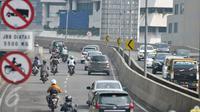 Rambu larangan melitas untuk sepeda motor di JLNT Casablanca, Jakarta, Kamis (23/4). Meski ada rambu larangan melintas, sejumlah pengedara motor tetap nekat melintasi jalan layang tersebut. (Liputan6.com/Yoppy Renato)