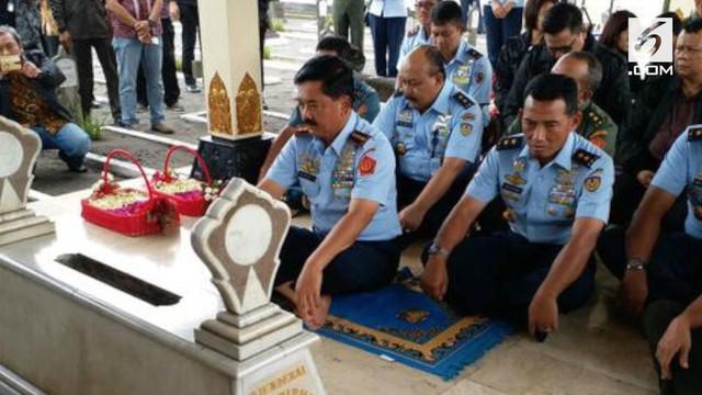 Mengawali kariernya sebagai Panglima TNI, Hadi berziarah ke makam Jenderal Soedirman di TMP Kusumanegara, Yogyakarta.