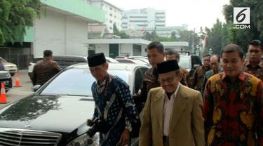 Ketua Umum Demokrat Susilo Bambang Yudhoyono (SBY) masih terbaring di Rumah Sakit Angkatan Darat (RSPAD), Jakarta. Usai dibesuk Presiden Jokowi dan Wapres Jusuf Kalla, SBY dijenguk Presiden ke-3 RI BJ Habibie.