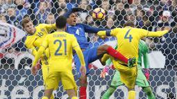 Aksi bek Prancis, Raphael Varane (tengah) berebut bola dengan para pemain Swedia pada laga grup A Kualifikasi Piala Dunia 2018 di Stade de France Stadium, Saint-Denis, Prancis, (11/11/2016). Prancis Menang 2-1. (AP/Christophe Ena)