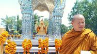 Bhante Khanit Sannano Mahathera Biksu asal Thailand meresmikan patung Buddha dewa empat muka di Kelenteng Kwan Sing Bio Tuban (Liputan6.com/Ahmad Adirin)
