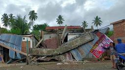 Pemandangan umum menunjukkan rumah rusak di Majene sehari setelah gempa bumi magnitudo 6,2 mengguncang Sulawesi Barat, Sabtu (16/1/2021). Petugas Badan Penanggulangan Bencana Daerah (BPBD) masih mendata jumlah kerusakan dan korban akibat gempa bumi tersebut. (Aswan APRIANTO/AFP)