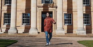 El Rumi sudah kembali meninggalkan Indonesia untuk melanjutkan kuliahnya di London. Setelah kurang lebih enam bulan ia berada di Tanah Air, kini El sudah tiba di negara tersebut. Setibanya di sana, El pun kembali menjalani karantina selama dua minggu. (Instagram/elelrumi)