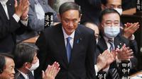 Yoshihide Suga diberi tepuk tangan setelah terpilih sebagai perdana menteri baru Jepang di majelis rendah parlemen di Tokyo, Rabu (16/9/2020). Parlemen Jepang pada Rabu (16/9) resmi memilih Yoshihide Suga sebagai perdana menteri pengganti Shinzo Abe yang mundur karena sakit. (AP Photo/Koji Sasahara)
