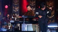 Dalam konser Revolusi Pancasila, Ahmad Dhani menggandeng vokalis lamanya, Ari Lasso. Konser tersebut dalam rangka menyambut hari lahir ke-70 Pancasila dan akan diperingati pada tanggal 1 Juni mendatang.  (Andy Masela/Bintang.com)