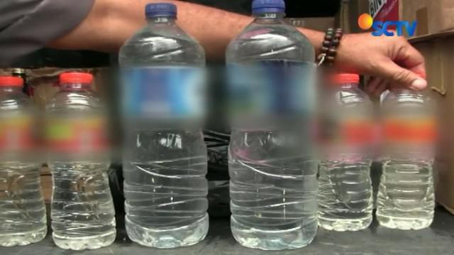 Botol miras ini disita dari sebuah mobil yang akan mendistribusikan miras kepada para pedagang eceran di Kota Tasikmalaya.