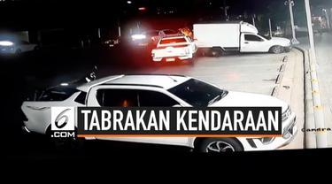 Seorang pria nekat mengemudi mobil ketika dirinya sedang mabuk berat. Alhasil, ia pun kehilangan kendali dengan menabrak tiga kendaraan sekaligus.