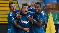 Bek Juventus, Matthijs de Ligt (tengah) berselebrasi usai mencetak gol ke gawang Udinese pada pertandingan lanjutan Liga Serie A Italia di Stadion Dacia Arena di Udine (23/7/2020). Juventus harus menunda scudetto untuk kesembilan beruntun setelah kalah 2-1 atas Udinese. (AFP Photo/Marco Bertorello)