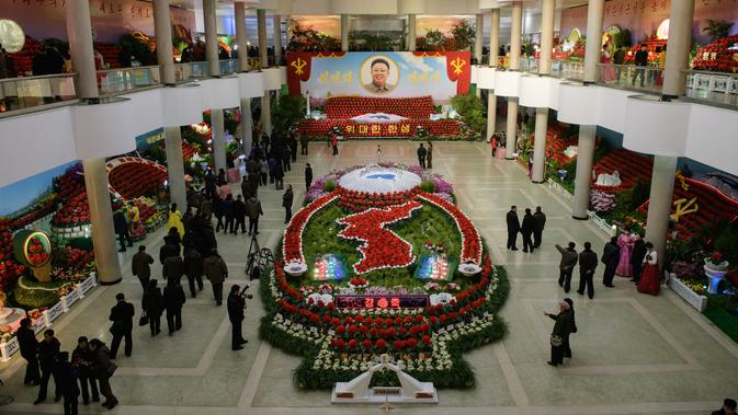 Pandangan umum menunjukkan pameran bunga 'Kimjongilia' di Pyongyang, Kamis (14/2). Korea Utara menggelar festival bunga untuk merayakan ulang tahun mendiang mantan pemimpin tertinggi Korea Utara yang juga ayah Kim Jong-un, Kim Jong-il. (Ed JONES/AFP)