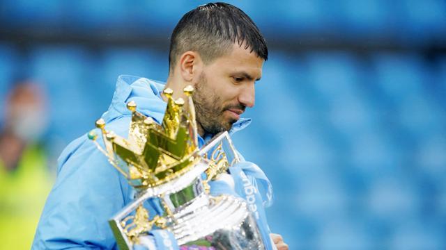 Striker Manchester City, Sergio Aguero, mengangkat trofi usai menjuarai laga Liga Inggris di Stadion Etihad, Minggu (24/5/2021). City menang dengan skor 5-0. (Dave Thompson/Pool/AFP)
