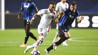 Pemain Paris Saint-Germain (PSG), Neymar berusaha melewati pemain Atalanta, Remo Freuler, pada laga perempat final Liga Champions di Stadion Da Luz, Rabu (12/8/2020). PSG menang 2-1 atas Atalanta. (David Ramos/Pool,via AP)