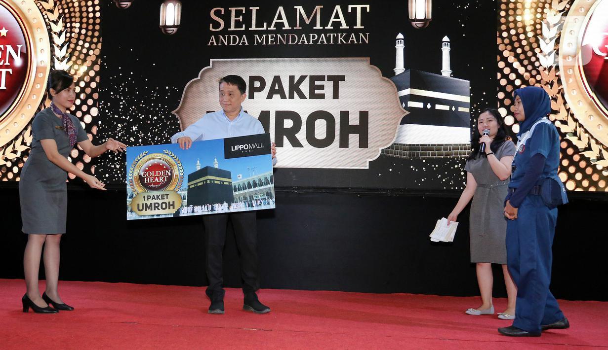 CEO Lippo Malls Indonesia Eddy Mumin (kedua kiri) menyerahkan Golden Heart Annual Award 2019 di Lippo Mall Puri, Jakarta, Selasa (18/2/2020). Penghargaan diberikan kepada Dwi Wulandari (37) yang berhasil menemukan dan mengembalikan barang berharga milik pengunjung. (Liputan6.com/Fery Pradolo)