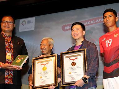 Kampanye tagar #IndonesiaKalahkanBatas yang dinisiasi OBH Combi menerima dua Rekor MURI untuk kategori Game Online Pemain Terbanyak dan Dukungan Daring oleh Warganet Terbanyak pada penutupan kampanye di Jakarta, Selasa (25/9). (Liputan6.com/Fery Pradolo)