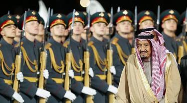 Raja Salman merupakan kepala negara Arab Saudi pertama yang menjejakkan kaki di Rusia