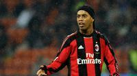 7. Ronaldinho - Ronaldinho menajdi perbincangan usai tampil apik selama membela Barcelona. Alhasil gelar Ballon d'Orsukses diraih oleh mantan pemain PSG tersebut. (AFP/Olivier Morin)