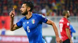 Gelandang Italia, Antonio Candreva, melakukan selebrasi usai mencetak gol ke gawang Albania pada laga kualifikasi Piala Dunia 2018 di Stadion Loro Borici, Senin (9/20/2017). Italia menang 1-0 atas Albania. (AFP/Dimitar Dilkoff)