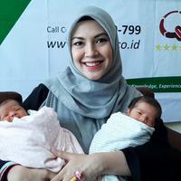 Ratna Galih dikaruniai anak kembar (Fimela.com/Rivan Yuristiawan)