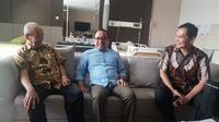 Mensesneg Pratikno menjenguk mantan Ketua Umum PP Muhammadiyah Syafii Maarif atau Buya Syafii yang tengah dirawat di RS PKU Muhammadiyah Sleman, Yogyakarta, Sabtu (27/7/2019). (Biro Pers Setpres)