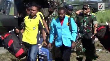 Sebanyak 13 guru yang disandera OPM dievakuasi TNI ke Timika. Para guru sedih harus meninggalkan anak didiknya.