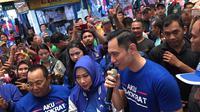 Komandan Kogasma Partai Demokrat Agus Harimurti Yudhoyono (AHY) menemui pedagang di Pasar Cipulir, Jakarta Selatan, Kamis (14/3/2019). (Liputan6.com/Ady Anugrahadi)