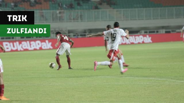 Berita video trik gelandang Timnas Indonesia U-23, Zulfiandi, yang membuat pemain Bahrain tertipu dalam laga Anniversary Cup 2018 di Stadion Pakansari, Bogor, Jumat (27/4/2018).