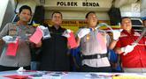 Polisi menunjukkan barang bukti celurit dan handphone di Mapolsek Benda, Tangerang, Banten, Senin (19/11). Polisi menangkap otak pelaku kejahatan spesialis handphone dan tiga tersangka lainnya. (Liputan6.com/Fery Pradolo)