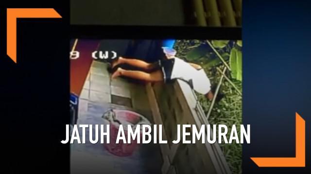 Momen lucu seorang gadis berusia 18 tahun jungkir balik saat mengambil jemuran yang terjatuh. Video ini mengundang gelak tawa guru dan teman sang gadis.