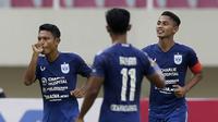Gelandang PSIS Semarang, Fandi Eko Utomo (kiri) melakukan selebrasi usai mencetak gol kedua ke gawang Persikabo 1973 dalam laga matchday ke-2 Grup A Piala Menpora 2021 di Stadion Manahan, Solo, Kamis (25/3/2021). (Bola.com/Arief Bagus)