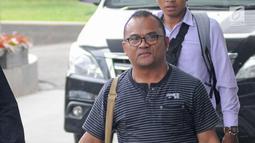 Ekspresi Petrus Pedulewari saat tiba di gedung KPK, Jakarta, Senin (12/2). Petrus Pedulewari ditetapkan sebagai tersangka terkait kasus dugaan suap terkait proyek infrastruktur di Kabupaten Ngada, NTT. (Liputan6.com/Herman Zakharia)