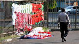 Sesekali petugas kepolisian terlihat berpatroli di seputaran Stadion GBK Jakarta (Liputan6.com/Helmi Fithriansyah).