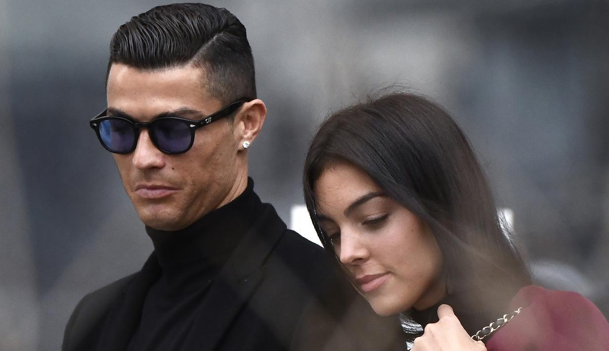 Georgina Rodriguez saat mendampingi Cristiano Ronaldo usai sidang terkait pajak di Madrid pada Januari 2019. (AFP/Oscar Del Pozo)