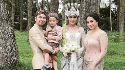 Pernikahan keduanya yang bertepatan dengan hari Kartini ini berlangsung dengan khidmat dan kental dilaksanakan menggunakan adat Sunda. Syahnaz pun begitu cantik menggunakan busana pengantin Sunda berwarna putih tulang. (Foto: Instagram)
