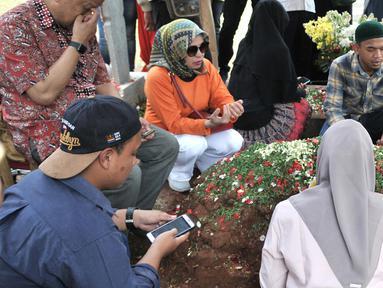 Putra pertama Presiden ke-3 RI BJ Habibie, Ilham Akbar Habibie (kiri) saat berziarah ke makam kedua orangtuanya di TMP Kalibata, Jakarta, Minggu (15/9/2019). Ilham memanjatkan doa bersama warga yang turut datang berziarah. (merdeka.com/Iqbal Nugroho)