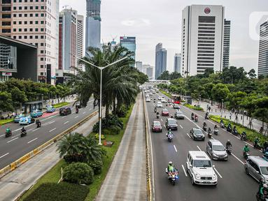 Sejumlah kendaraan melintas di kawasan Sudirman, Jakarta Pusat, Rabu (6/1/2021). Pemerintah memberlakukan kebijakan pembatasan sosial berskala besar (PSBB) di wilayah Jawa dan Bali mulai 11 hingga 25 Januari 2021 menyusul lonjakan kasus Covid-19 di sejumlah daerah. (Liputan6.com/Faizal Fanani)