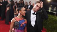 Kabar menyedihkan datang dari pasangan Robert Pattinson dan FKA Twigs. Lama tak terlihat bersama, ternyata hubungan mereka kandas di tengah jalan, meskipun keduanya sudah resmi bertunangan. (AFP/Mike Coppola)