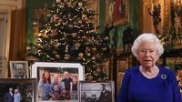 Potret Ratu Elizabeth II saat melakukan proses pembuatan pidato Hari Natal. (Dok. Instagram @the_mountbatten_windsor/https://www.instagram.com/p/B6b2_vIHDdr//Tri Ayu Lutfiani)