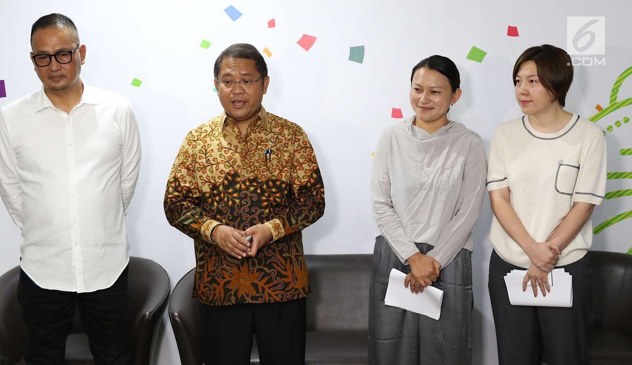 Menkominfo Rudiantara (dua kiri) bersama Dirjen Aptika Semuel Abrijani Pangerapan (kiri), SVP Bytedance Zhen Liu (dua kanan) serta SVP dan CEO Tik Tok Kelly Zhang memberi keterangan pemblokiran Tik Tok, Jakarta, Rabu (4/7). (Liputan6.com/ImmanuelAntonius)