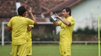 Pelatih Arema, Eduardo Almeida saat memimpin latihan di lapangan Ketawang, Kabupaten Malang (Iwan Setiawan/Bola.com).
