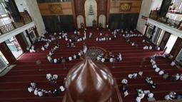 Suasana saat para siswa membaca kitab suci Alquran di Masjid Attaqwa, Bekasi, Jawa Barat, Selasa (4/5/2021). Selama Ramadhan, umat muslim menahan diri dari makan, minum, merokok dan seks dari subuh hingga maghrib. (AP Photo/Achmad Ibrahim)