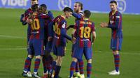 Penyerang Barcelona, Ousmane Dembele (ketiga kiri) berselebrasi usai mencetak gol ke gawang Sevilla pada pertandingan leg kedua babak semifinal Copa del Rey di stadion Camp Nou, Spanyol, Kamis (4/3/2021). Sebelumnya, Barcelona kalah dengan skor 0-2 pada leg pertama. (AP Photo/Joan Monfort)